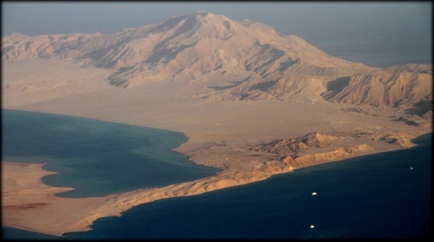Остров Тиран - расположен в проливе Тиран (устье залива Акаба, Красное море), между Саудовской Аравией и Египтом, северо-восточнее города Шарм-эш-Шейх.  Остров управляется властями Египта, но есть сведения, что на него также претендует Саудовская Аравия. На Тиране находится небольшая военная база (Observation Post 3—11) международных наблюдателей MFO, которая контролирует соблюдение Египтом и Израилем мирного договора. Высадка посторонних на остров запрещена. Сам остров, если не считать военной базы ООН, необитаем.
