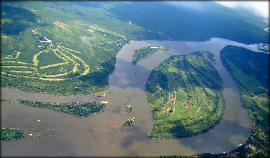 Замбези — четвёртая по протяжённости река в Африке. Площадь бассейна — 1 570 000 км², протяжённость — 2574 км. Исток реки находится в Замбии, река течёт через Анголу, по границе Намибии, Ботсваны, Замбии и Зимбабве, к Мозамбику, где впадает в Индийский океан. Важнейшая достопримечательность Замбези — водопад Виктория, один из величайших водопадов мира.