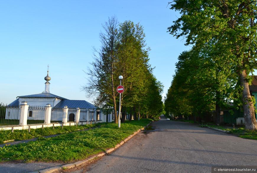 Никольский храм, что приписан к Покровскому собору был совсем рядом с нашим домом. А какая зеленая улочка!
