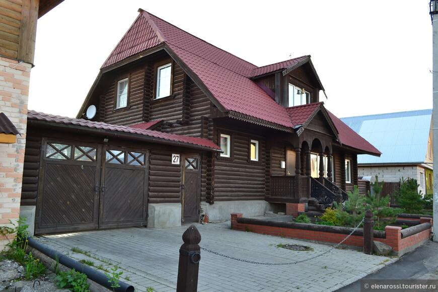 В Суздале много добротных домов. Как рассказали местные жители, многие дома - обиталище москвичей, жителей других крупных городов, уставших от суеты. Приезжают отдыхать на лето. Ничего не знаю о хозяевах этого дома, но дом добротный.