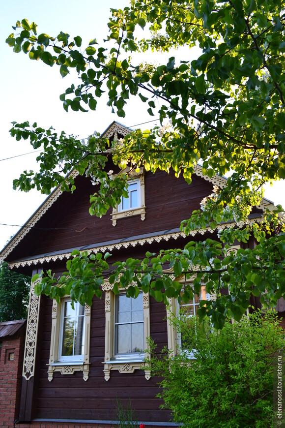 Приятно, когда хозяева заботятся не только о современных технологиях при постройке дома, но и о традициях. Уж эти деревянные кружева кажется современным умельцем выполнены.