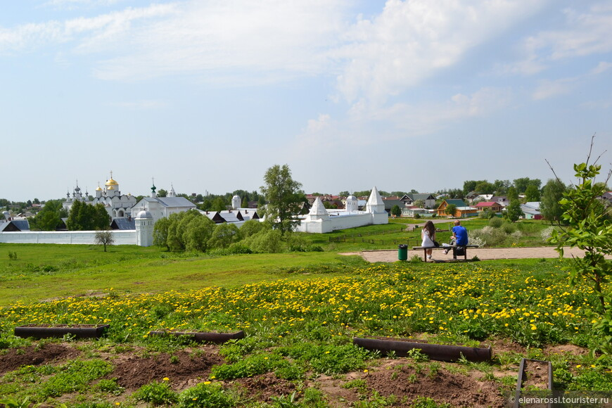 Иванушка с Марьюшкой смотрят на сказочную панораму.
