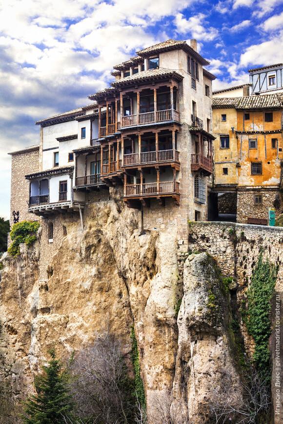 Висячие дома (Касас Кольгадас, Casas Colgadas) расположены в старой части Куэнки, сзади собора (с южной стороны). Это три высоких дома: Дом Сирены (Casa de la Sirena) и Королевские дома (Casas de Rey) с деревянными балконами, которые ранее были жилыми, а сейчас заняты рестораном и Музеем абстрактного искусства.