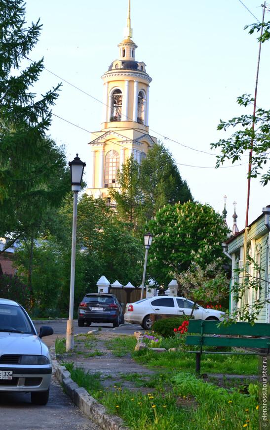 А эта колокольня была возведена в память о победе в Отечественной войне 1812 года. Вспоминают ли об этом владельцы припаркованных машин...