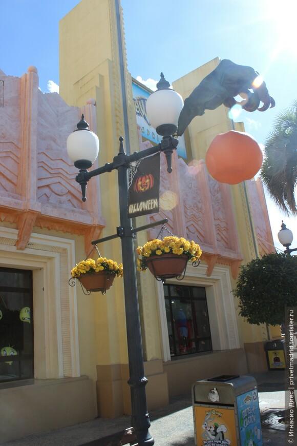 Отмечают Хеллоуин в парке аттракционов Warner Brothers