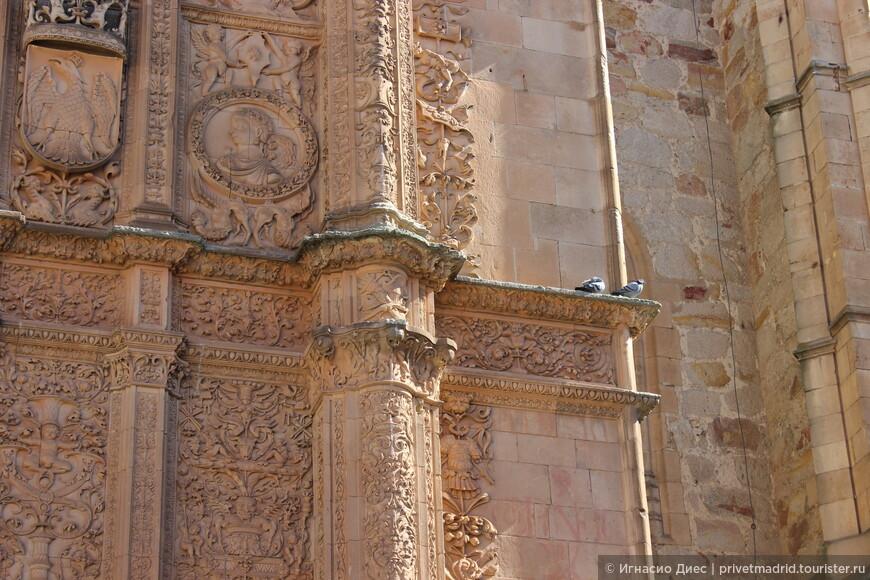 Фасад университета украшен в стиле платереско. Конечно, мы нашли маленькую лягушку на правой колонне фасада, по старому студенческому преданию ее обязательно нужно найти, если хочешь успешно сдать экзамен.