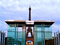 Символ Парижа со всех ракурсов.