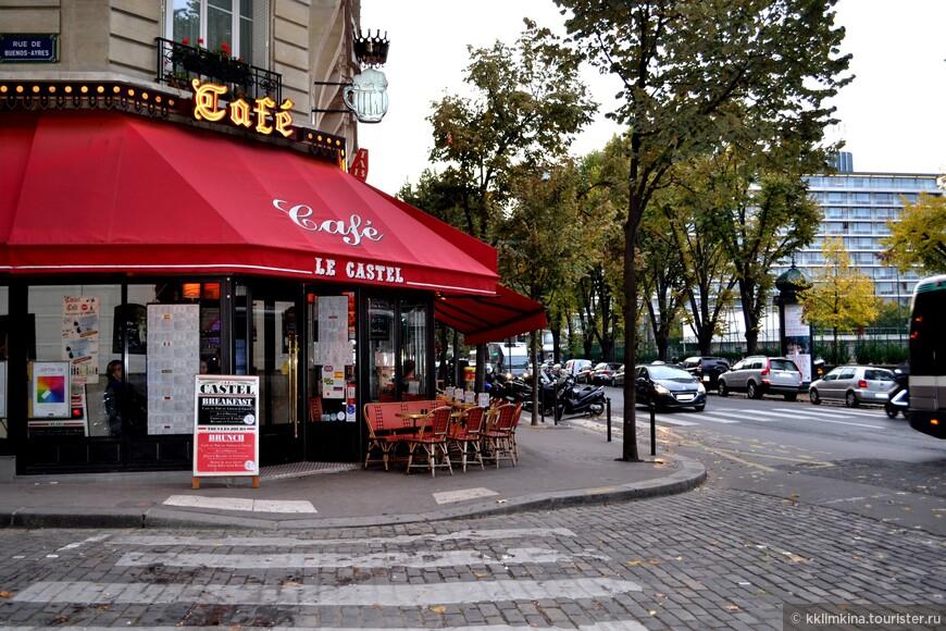 Пустуют столики возле кафе.