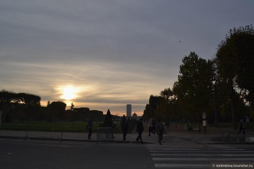 Город просыпается с рассветом. Туристы начинают постепенно подтягиваться к достопримечательностям и огрганизовывать очереди.