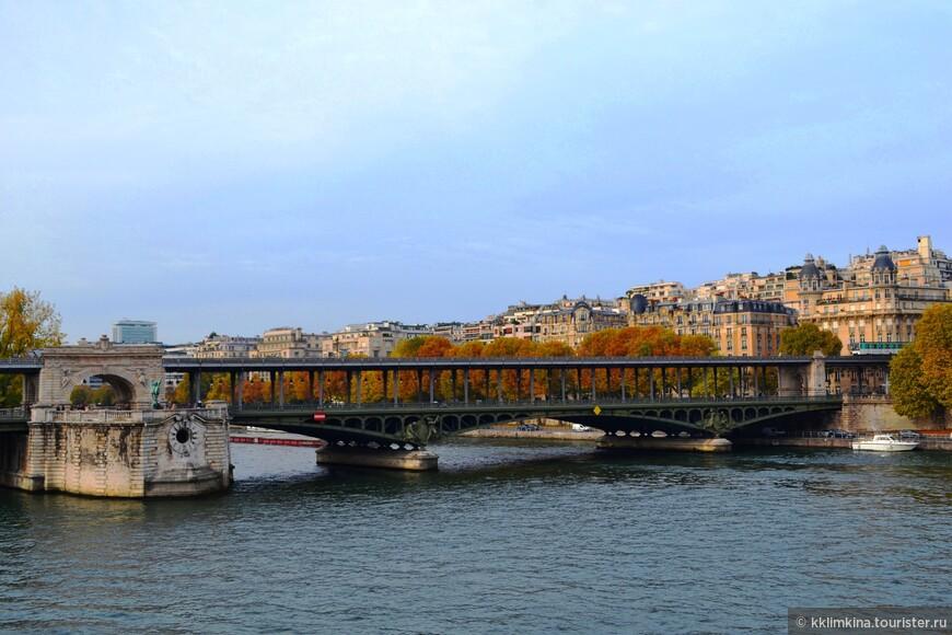 Не проси рассказать о Париже - Никому не узнать тайных грез, Что хранят черепичные крыши В сером пепле сгорающих звезд.
