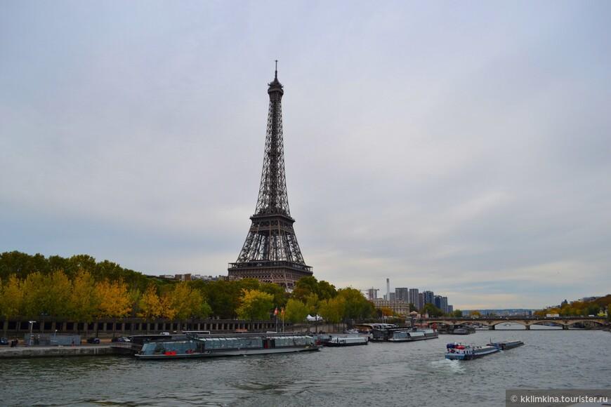 Я иду по сонному Парижу... Желтый клен тревожит тишину... Пряный воздух ночи волей дышит И пьянит взгрустнувшую луну.