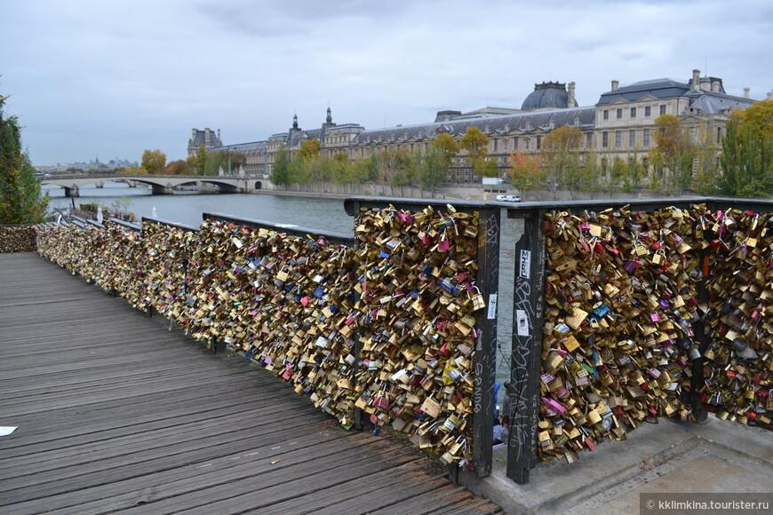 С легким ветерком слетают клены, Под ногами золотом шурша... О Париже - городе влюбленных, Молит одинокая душа.