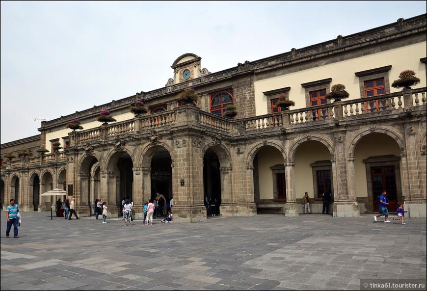 Фасад Дворца Чапультепек. В разное время  дворец служил резиденцией губернаторам, императорам и президентов Мексики. Одно время здесь действовала  астрономическая обсерватория, а сегодня во дворце разместился национальный  исторический музей.