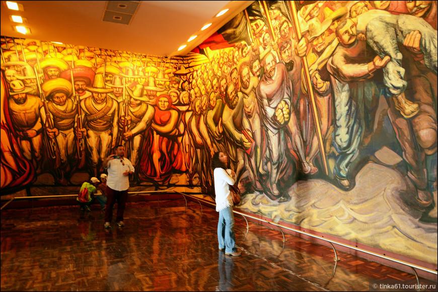 Темы  фресок всё глобальные - мексиканская революция, борьба с угнетателями и всё в таком духе.
