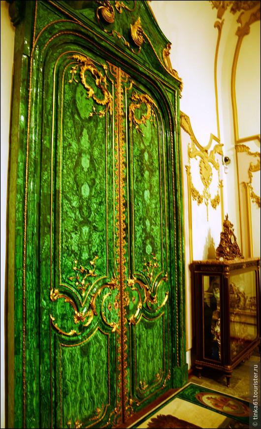 Роскошная малахитовая дверь - подарок российского царя Николая Второго.