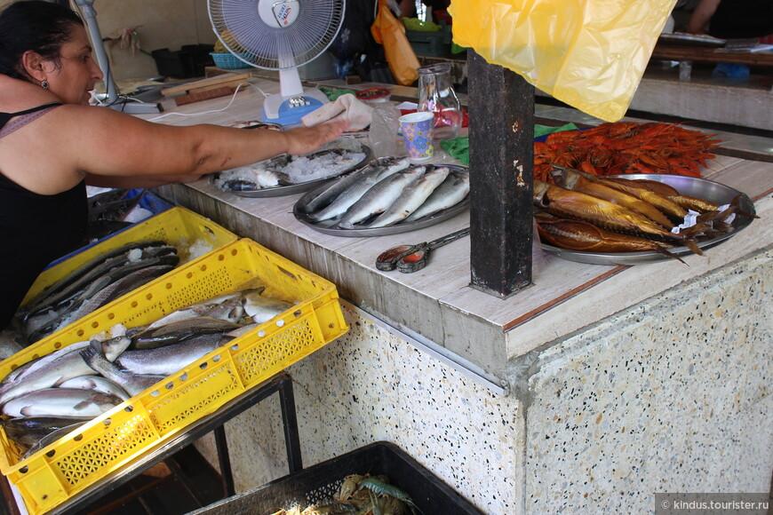 Рыбный рынок расположен рядом с портом.