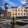 Центральная площадь и бывшая водонапорная башня, на которой обзорная площадка