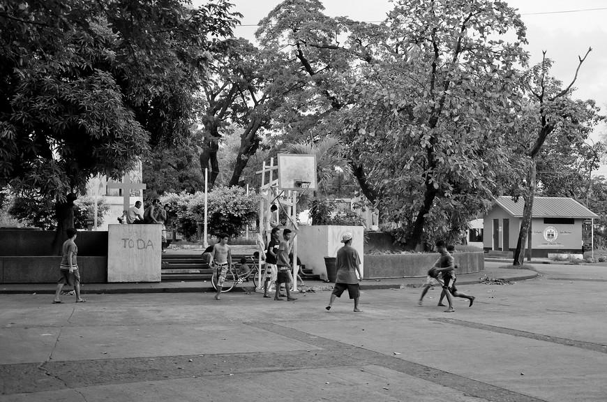 Любят филиппинские пацаны баскетбол, не раз видел в разных районах Манилы.