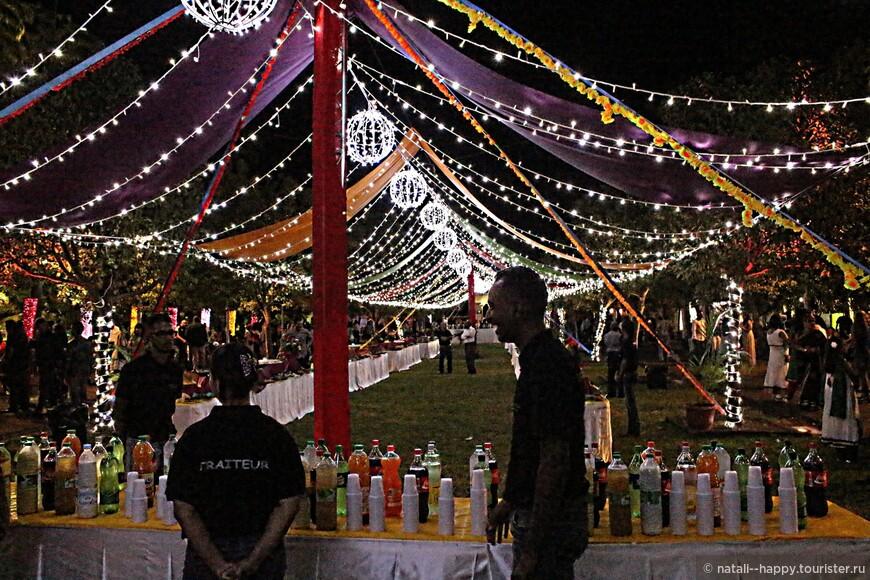Столы с праздничным банкетом на три тысячи персон - все желающие, независимо от вероисповедания, могут попробовать знаменитую индийскую массалу - рагу из курицы со специями
