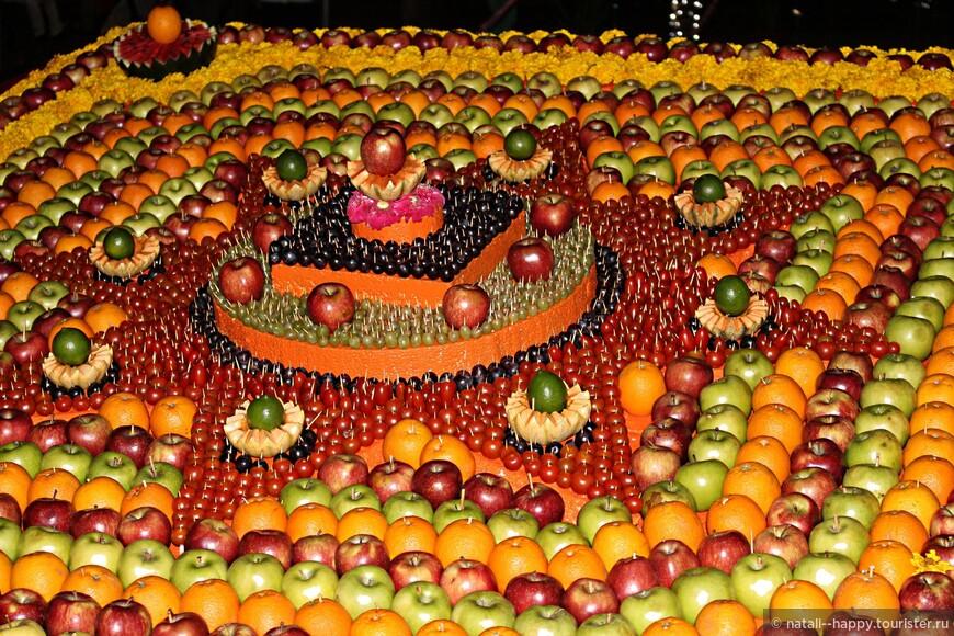 Панно из фруктов размером 4 на 4 метра - десерт для всех желающих