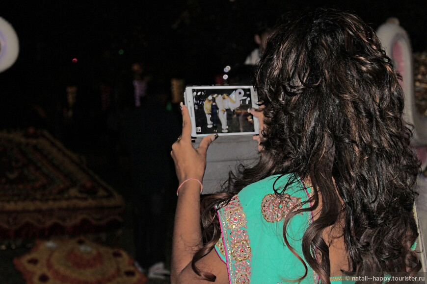 Более 300 тысяч человек насчитывает индуистская община острова Реюньон и кажется, что все самые красивые представительницы собрались на Новый год в столице острова, от колоритности нарядов пестрело в глазах, а  от специфического индийского парфюма кружилась голова