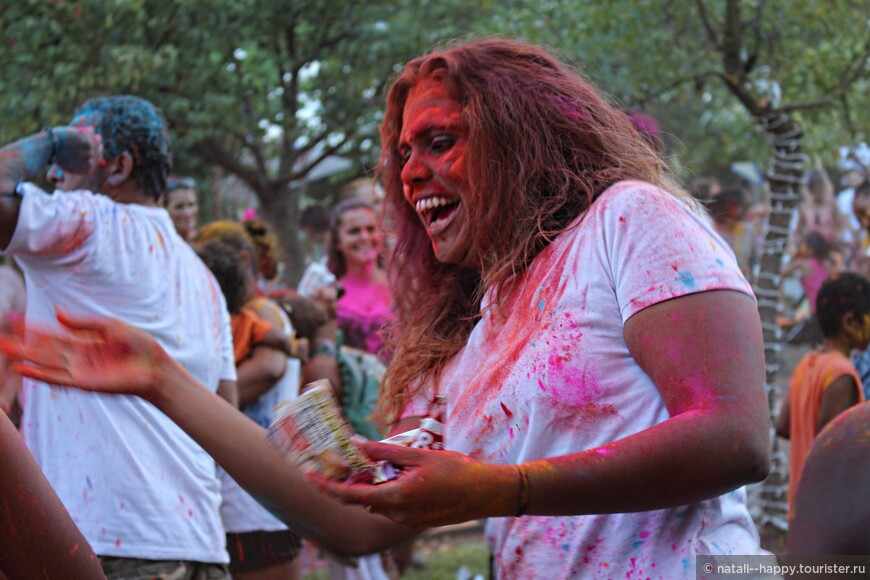 Последний день празднования - несколько сотен зрителей, получив вожделенные пакетики с краской, мгновенно превратились в детей, эмоции просто зашкаливали