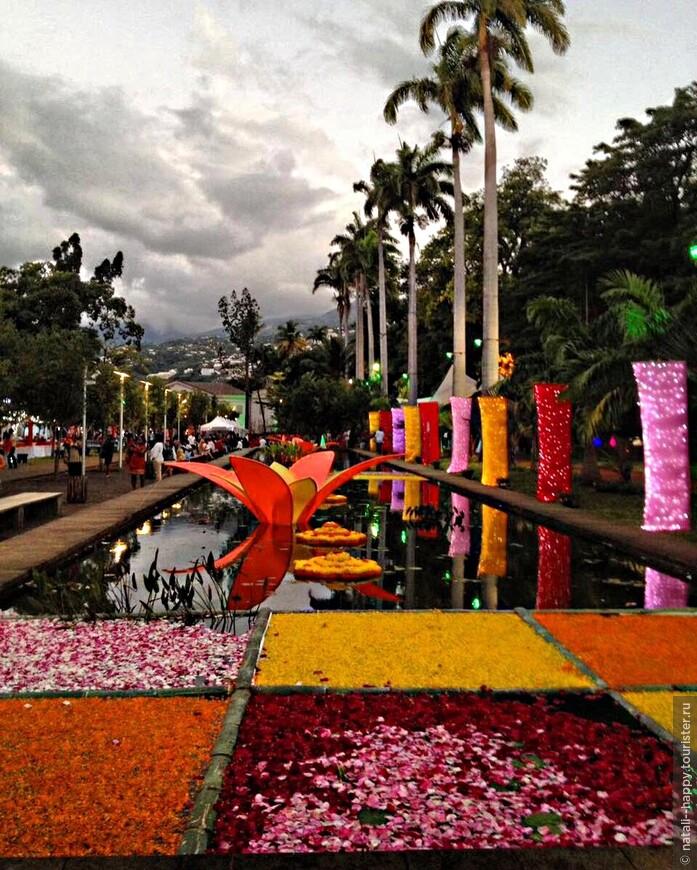 Водная аллея Летнего сада. украшенная лепестками живых цветов