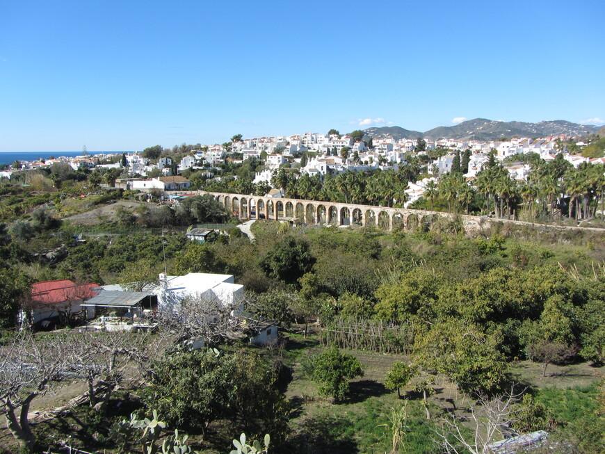 Кроме того, по дороге находится еще одна известная достопримечательность - акведук 19 века Acueducto del Aguila. Поначалу я ошибочно принял за него акведук с этого фото...