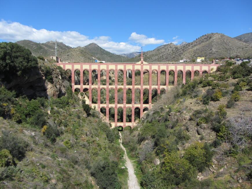 ...а на противоположной расположился впечатляющий Acueducto del Aguila. Пару раз доводилось читать в интернете, что это сооружение построено еще римлянами. На самом деле, возвели его в 19 веке для доставки воды на сахарную фабрику.