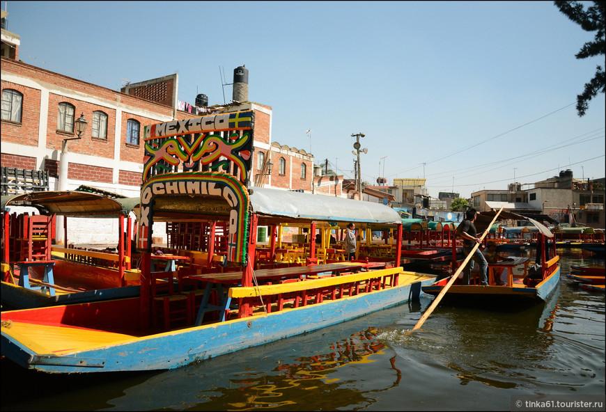 Причал Сочимилко. Расписные лодки в ожидании клиентов.