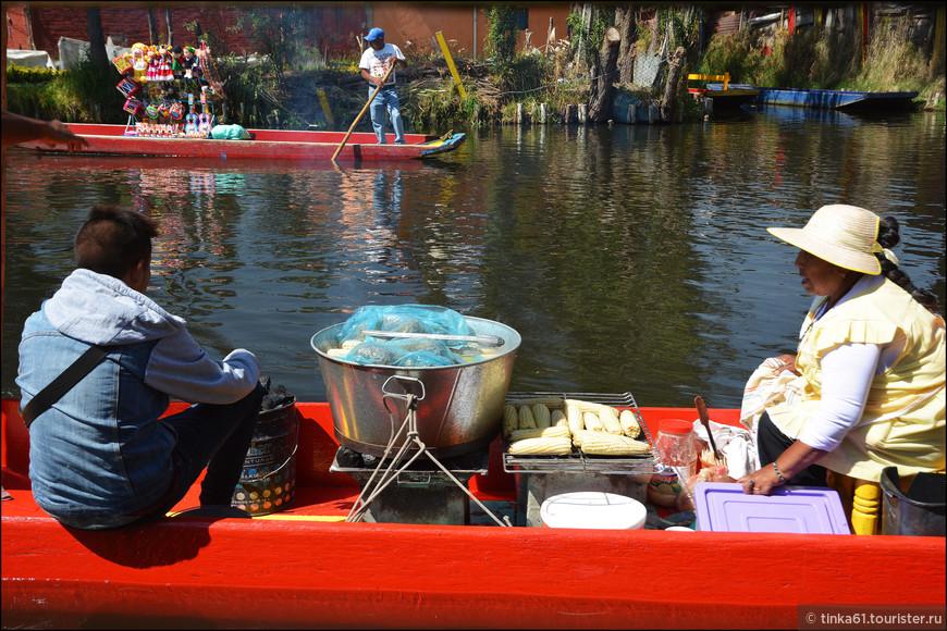 Тут же с лодок продают всякие  мексиканские блюда. Торговля идет бойко.ю