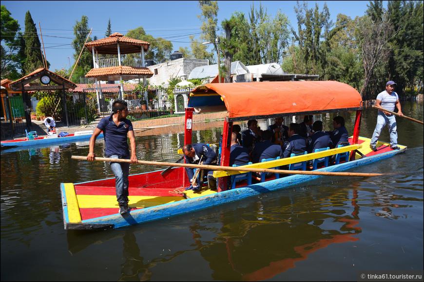 Лодками они управляют с помощью вот таких  огромных шестов.