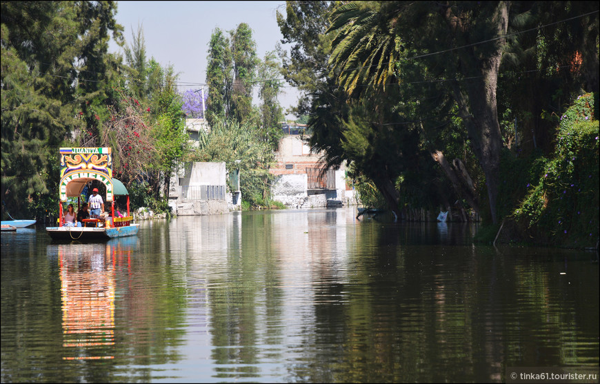 Лодки очень яркие и красиво отражаются в воде.