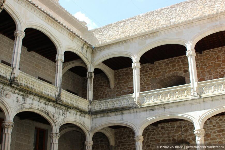 Дворик внутри замка Мансанарес