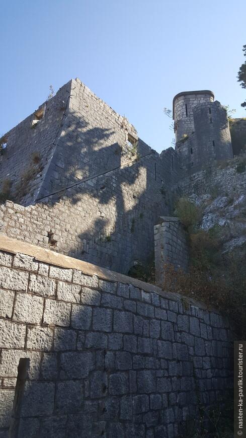 Ступеньки кое-где потерлись, конечно, но крепость прекрасно сохранилась
