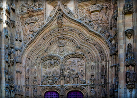 Один из входов в кафедральнвй соборо Саламанки в стиле платереско.