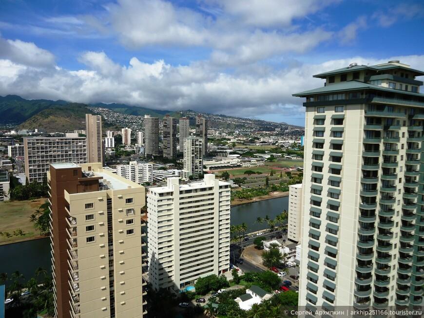 Вид на горы из моего отеля в Гонолулу. Гостиница находилась в 10 минутах пешком от пляжа Вайкики