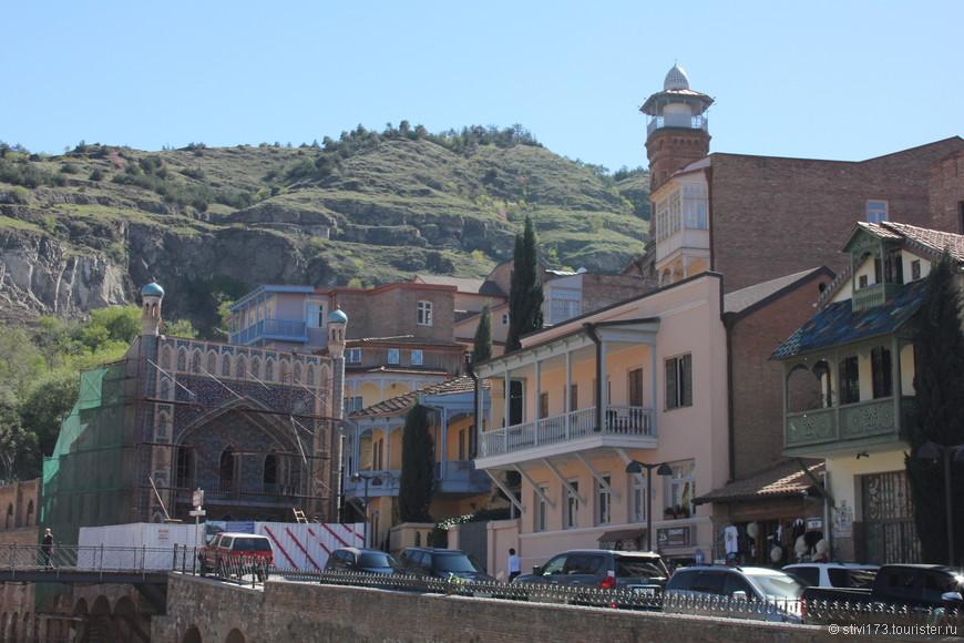 Слева баня в которой мылся Пушкин. Это не мечеть. Сейчас она на реконструкции.