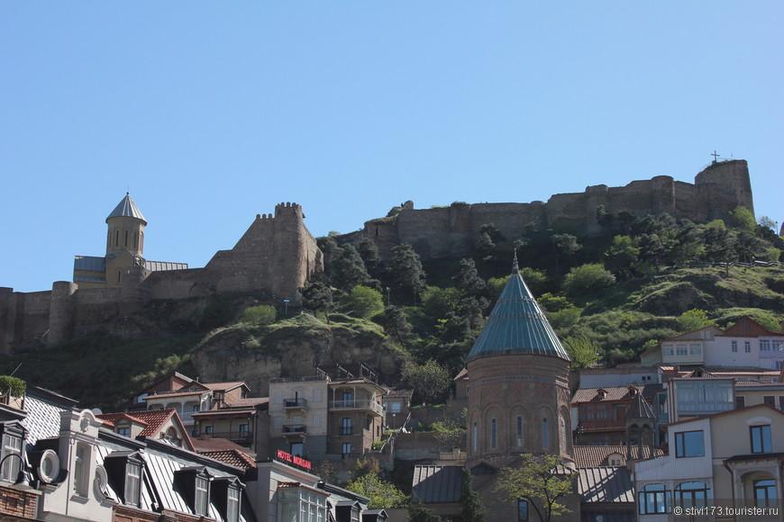 гордая крепость Нарикала, основана в четвертом веке.