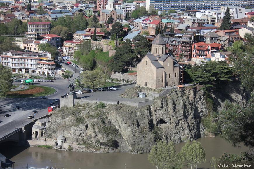 Вид на церковь Метехи и памятник Вахтангу Горгасали из крепости Нарикала