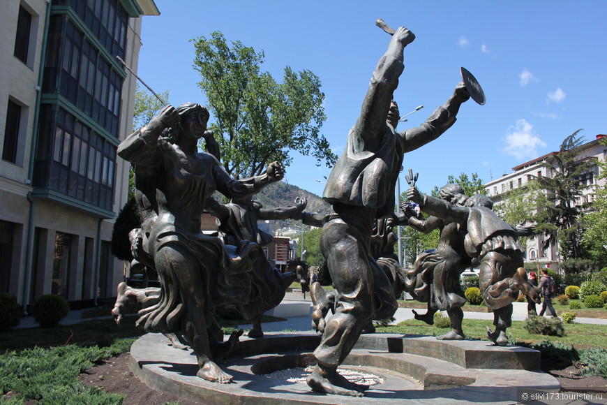 танцующие фигуры на улице Бараташвили