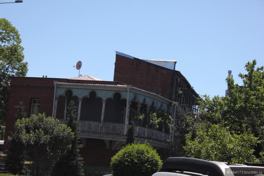Шикарный резной балкон.