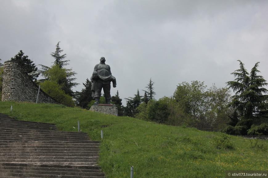 г. Гурджаани. памятник отцу солдата.