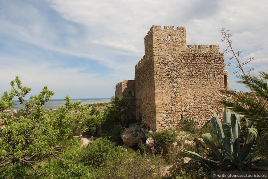 Замок X века в Фиту с видом на море, это на границе департаментов Восточные Пиренеи и Од.