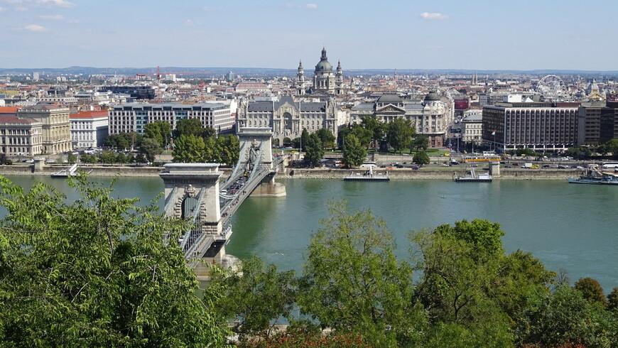 Цепной мост Сечени стал первым подвесным мостом через реку Дунай в Будапеште. Является символом венгерской столицы, так как соединяет два города, Буду и Пешт, слившихся воедино в 1872 году.