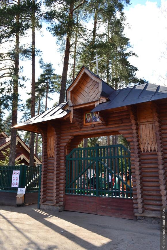 За воротами начинается территория храма и место упокоения св. Серафима Вырицкого.