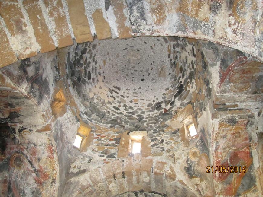 Внутри сохранились следы старинной росписи.