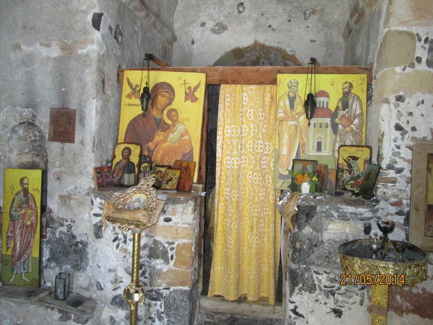 Иконы, алтарная завеса и пр. - современные.