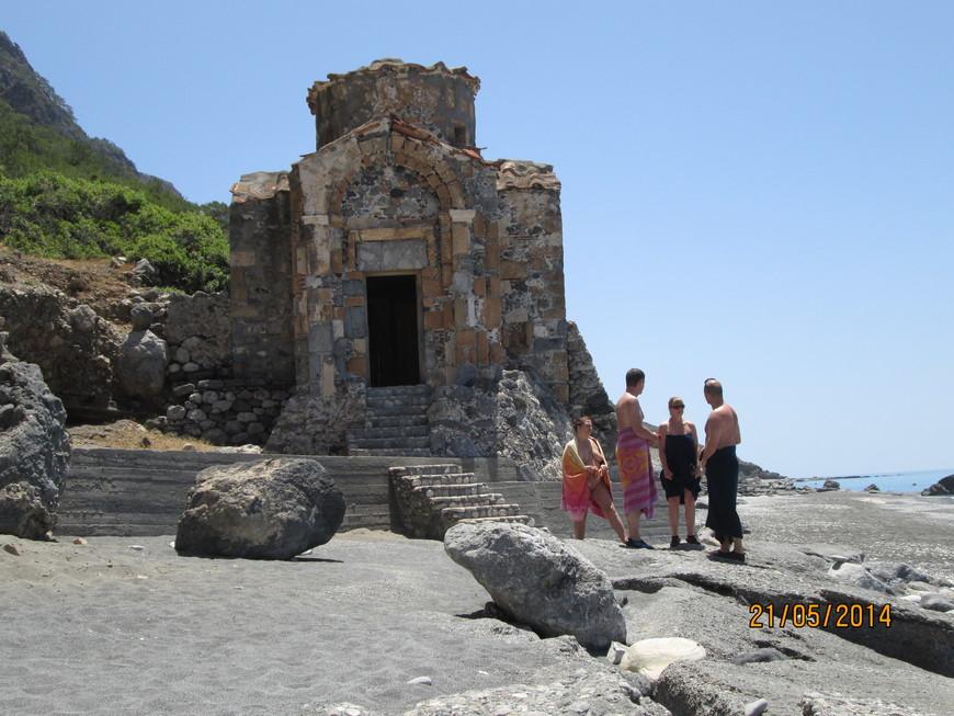Некоторую пикантность ситуации придает то обстоятельство, что Агиос Павлос официально считается нудистским пляжем. Западные туристы, скромно прикрывшись полотенцем, осматривают церковь и знакомятся таким образом с православной культурой.