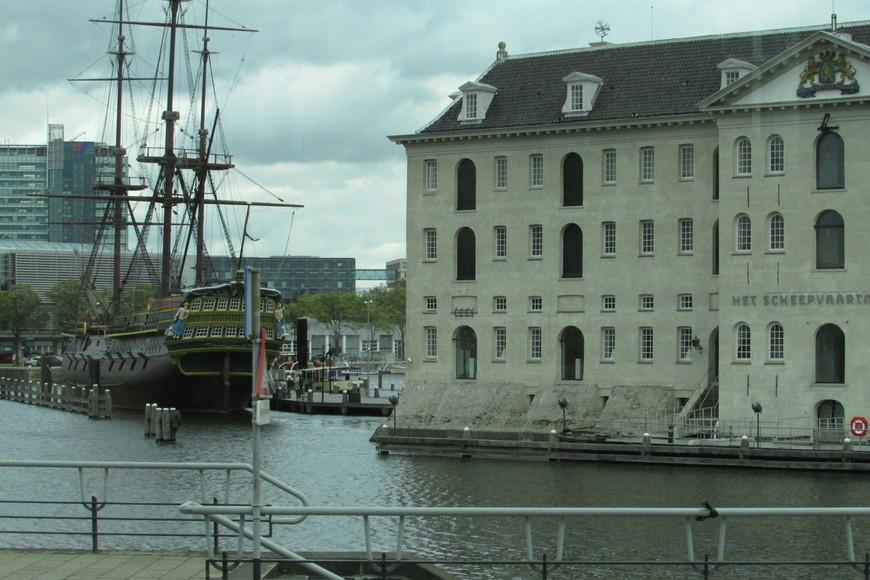 """Галлеон """"Амстердам"""" и здание Ост-Индской компании."""